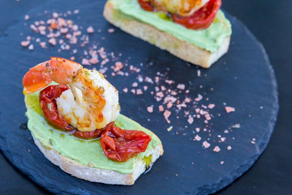 Nahaufnahme von Garnelen-Tapas mit Avocado und getrockneten Tomaten beim Restaurant Q11, Pollença