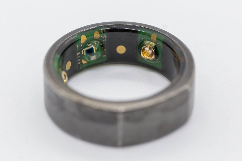 Nahaufnahme von Oura Ring: ein Wearable, das Gesundheitsdaten durch Sensoren sammelt