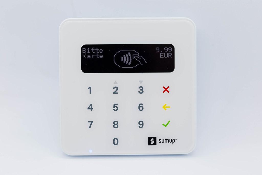 Nahaufnahme von weißem SumUp Air Bezahlterminal: mobiles Gerät für kontaktlose Zahlungen