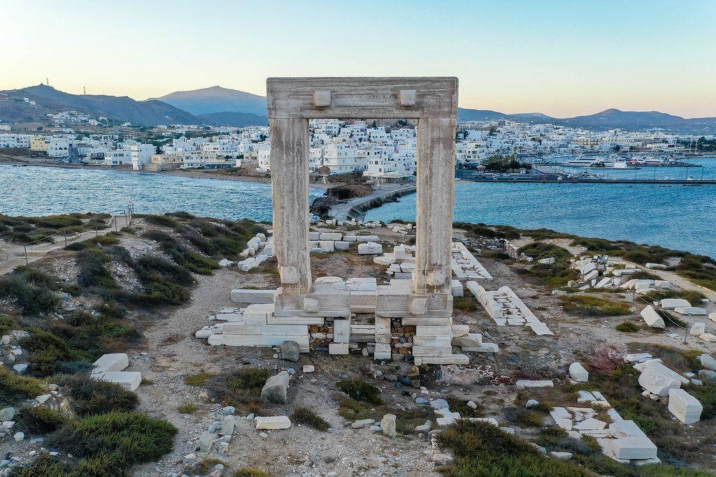 Naxos: das Marmortor des unvollendeten Apollo-Tempels rahmt die Stadt Chora ein