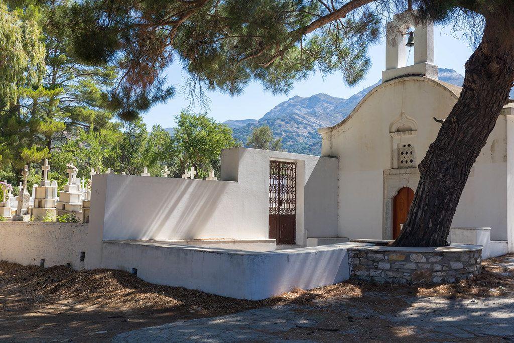 Naxos, Griechenland: weiße Kapelle und Friedhof von Agios Charalampos im Inselinneren
