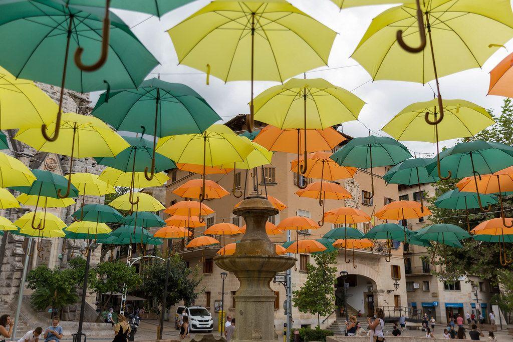 Neue Sehenswürdigkeit in Sóller: grüne, gelbe und orangene Regenschirme. Kunst von Víctor Balaguer