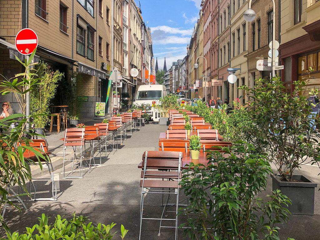 Neues Verkehrskonzept für deutsche Großstadt: Autofreie Friesenstraße in der historischen Altstadt von Köln