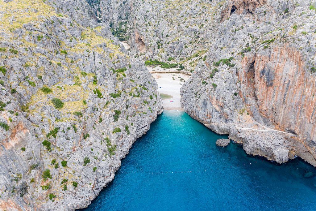 Nordküste Mallorcas: Luftaufnahme der Schlucht von Sa Calobra bei der Mündung des Torrent de Pareis