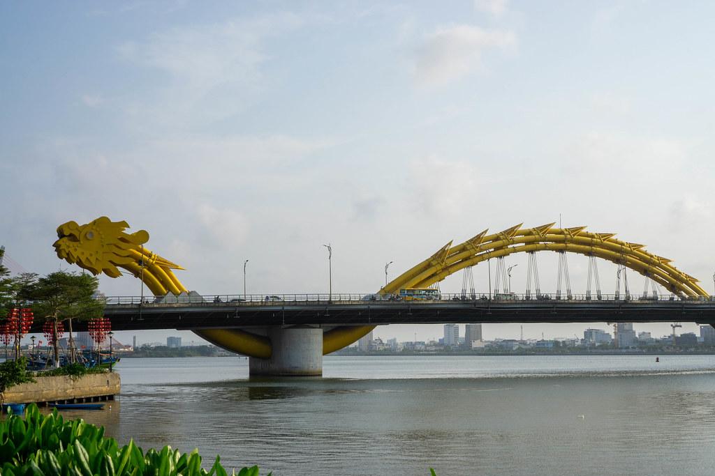 Öffentlicher Park mit Straßenlaternen in Herz-Form neben der Drachenbrücke über den Han Fluss in Da Nang, Vietnam