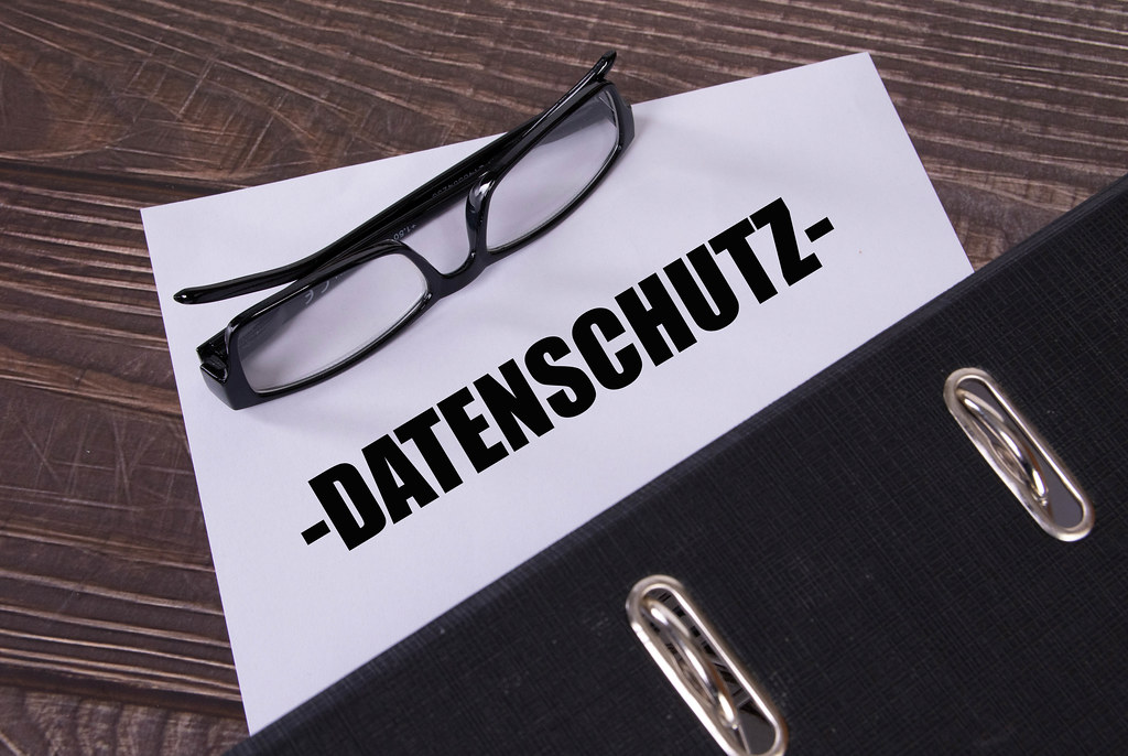 Office folder with glasses and Datenschutz text