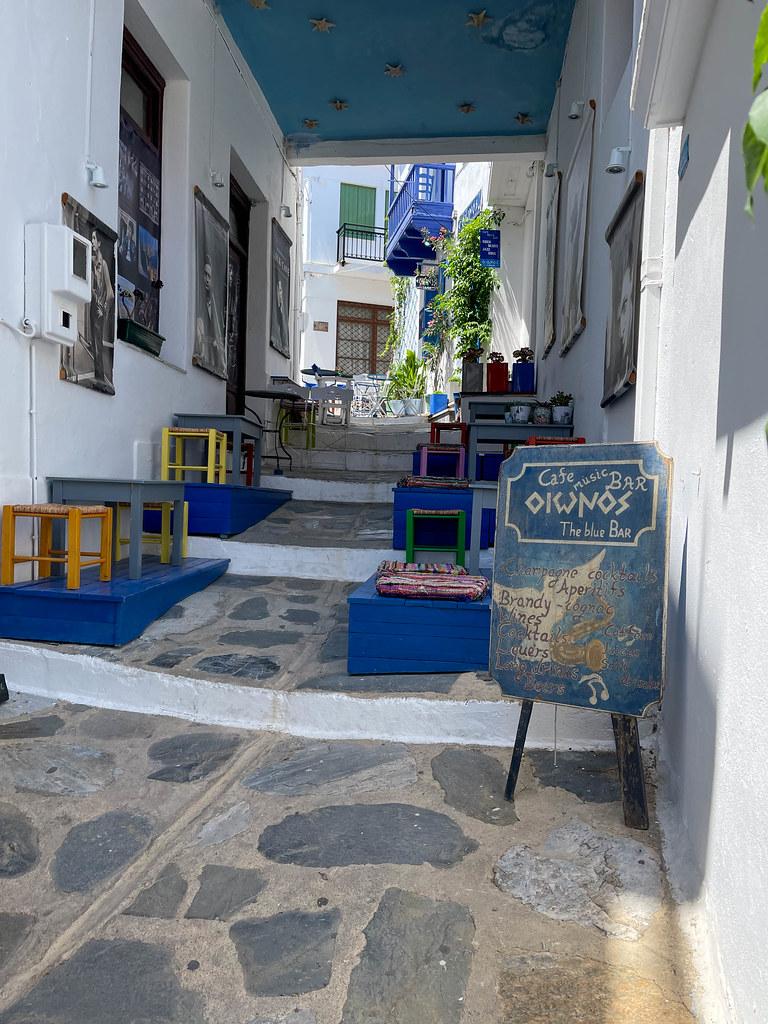 Oionos - The blue bar: Live-Musik-Bar in einer Gasse Skopelos mit bunter Einrichtung und Musikplakaten