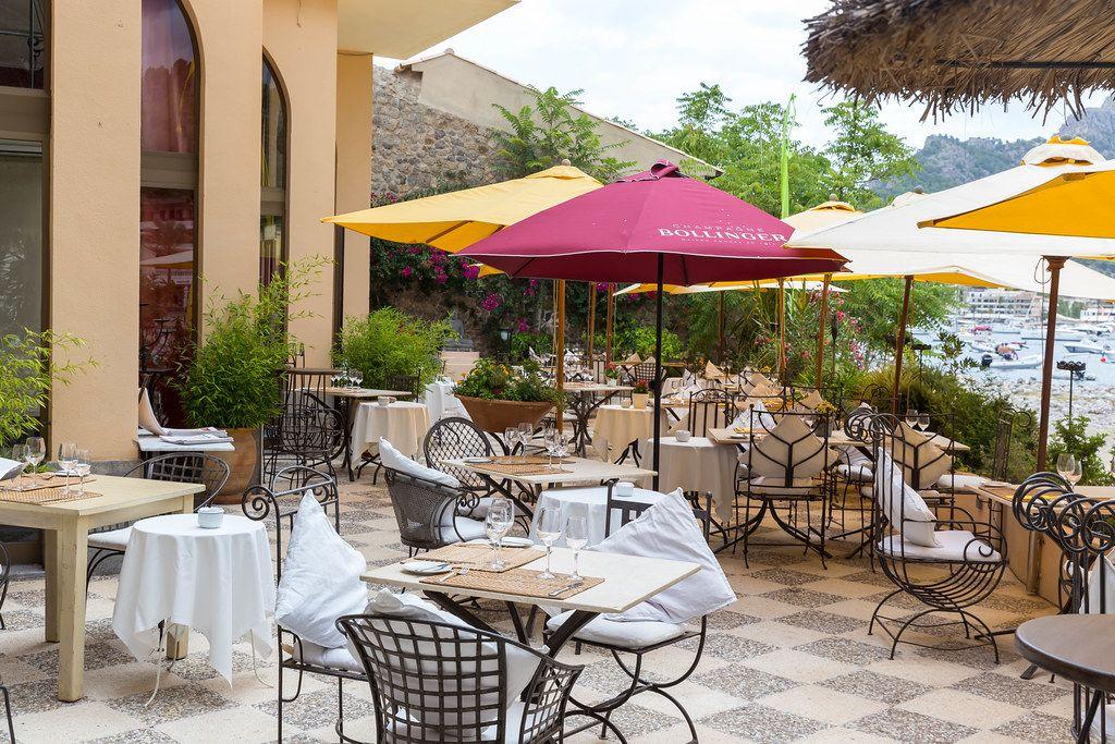 Open-Air-Terrasse mit bunten Sonnenschirmen. Restaurant Agapanto Flor del Amor, Puerto de Sóller