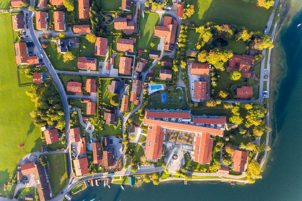 Ortschaft am Südufer Tegernsees: Rottach-Egern mit dem  Althoff Seehotel Überfahrt. Drohnenaufnahme