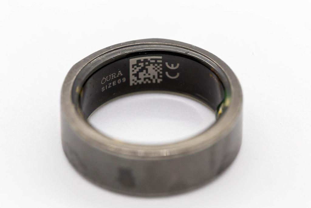 Oura-Ring: Nahaufnahme des Gesundheitsrings und Schlaftrackers vor weißem Hintergrund