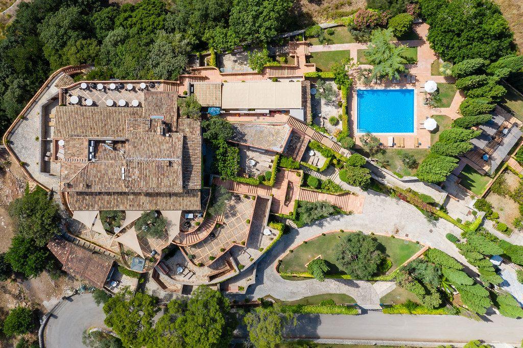 Overhead-Luftaufnahme von Dach und Terrassen einer Villa mit Pool in Valldemossa auf Mallorca