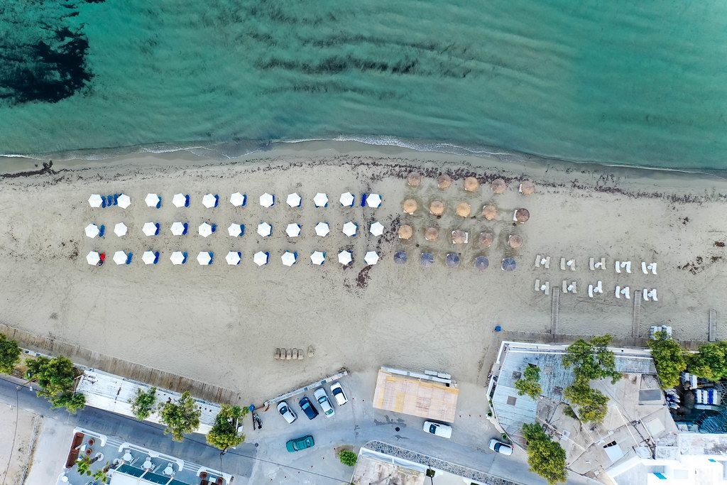 Overhead Luftbild: der Agios Georgios (St. Georg) Strand bei Chora auf der Insel Naxos, Griechenland