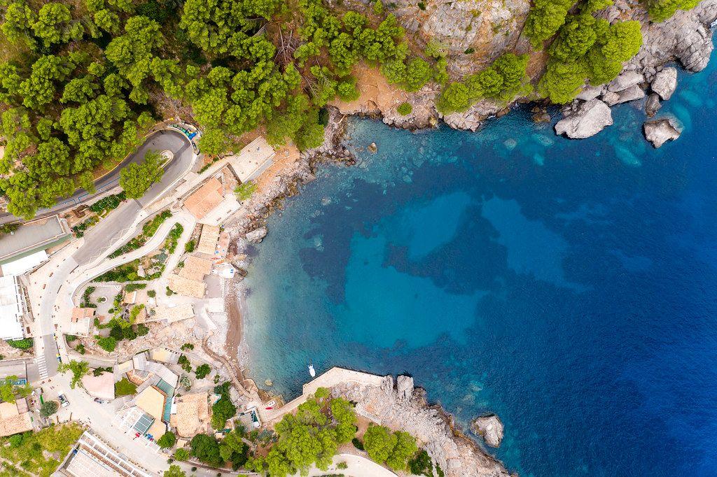 Overhead-Luftbild: die Bucht und das Dorf Sa Calobra (Mallorca) mit seinem kleinen Hafen