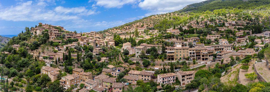 Panorama-Drohnenaufnahme vom malerischen Dorf Deià am Rande der Serra de Tramuntana