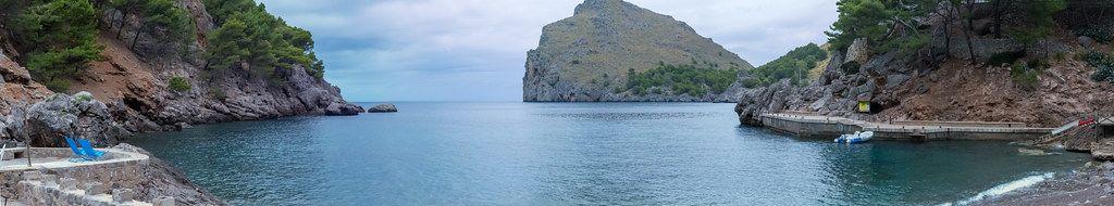 Panoramabild: die Bucht und der kleine Hafen von Sa Calobra an der nordwestlichen Küste Mallorcas