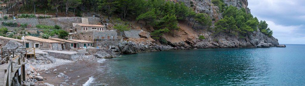 Panoramabild von Bucht mit einigen schlichten Steinhäusern: Port de Sa Calobra auf Mallorca