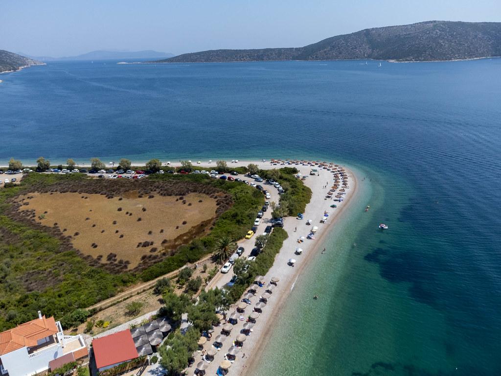 Paralia Agios Dimitrios: herrlicher Kieselstrand mit kristallklarem Wasser auf Alonissos. Luftaufnahme
