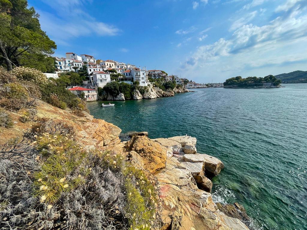 Paralia Plakes auf Skiathos, Griechenland: Felsküste mit Blick auf die weißen Häuser