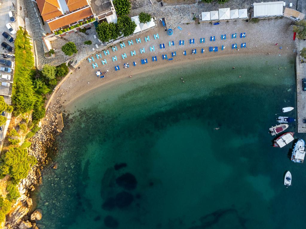 Paralia Rousoum Gialos: Luftaufnahme am frühen Morgen vom Strand in Patitiri, Alonnisos