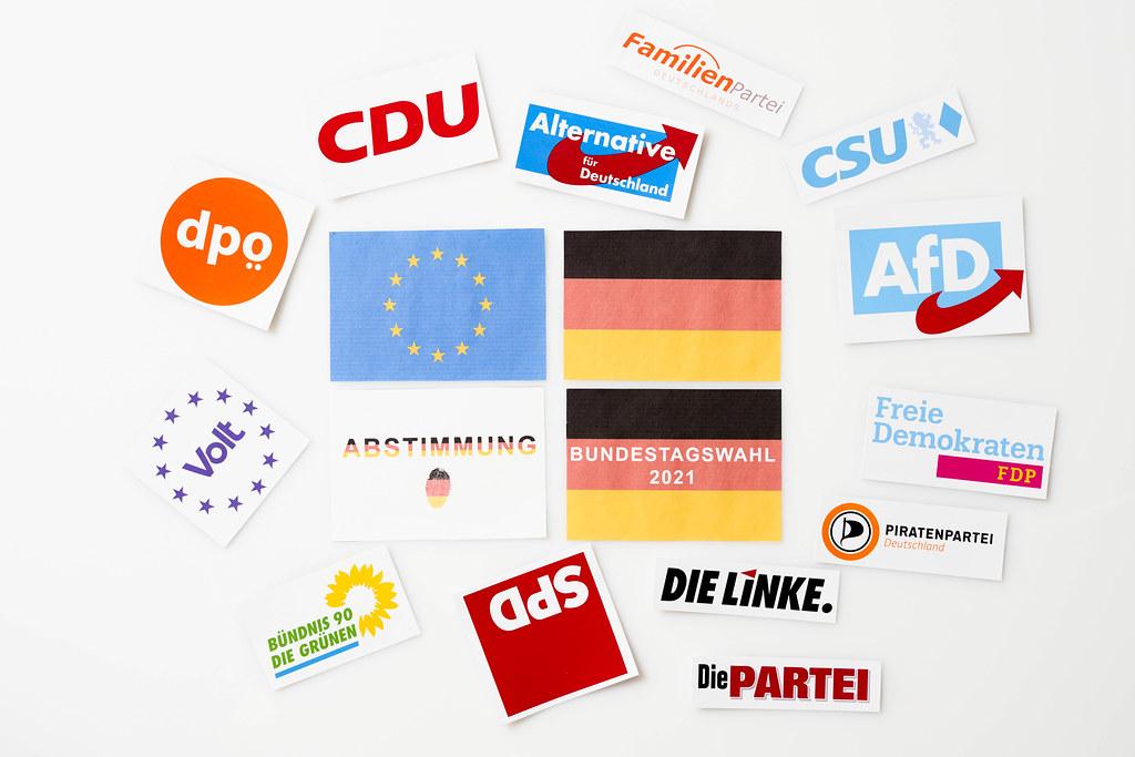 Parteien in Deutschland bei der Bundestagswahl 2021: Logos, deutsche und europäische Flagge