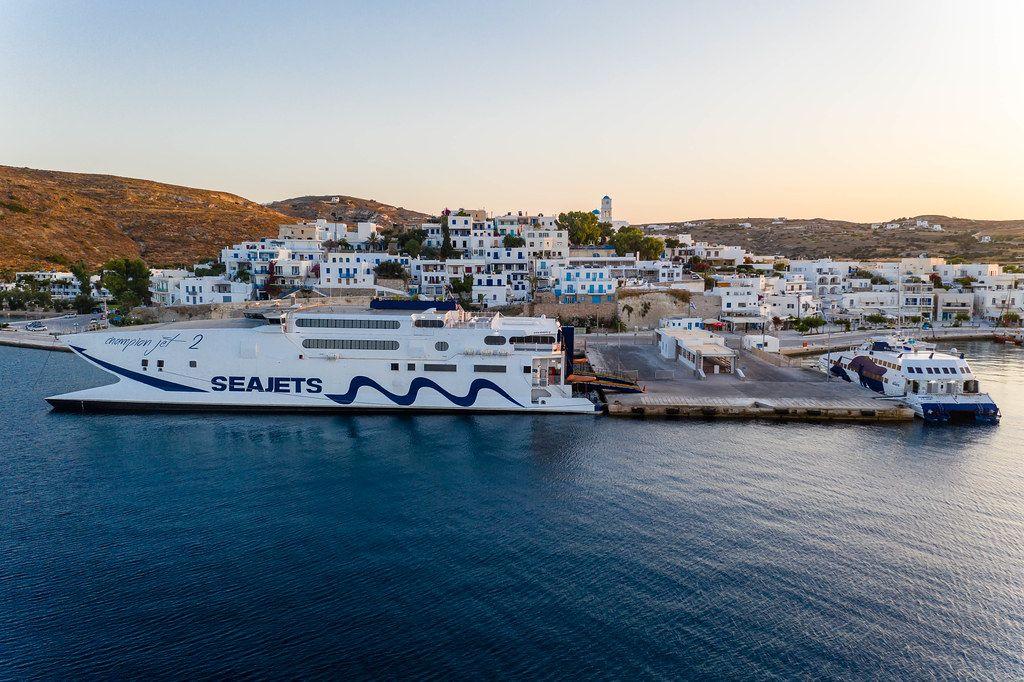 Passagierfähre von Seajets am Hafen von Adamantas auf der Insel Milos, Griechenland