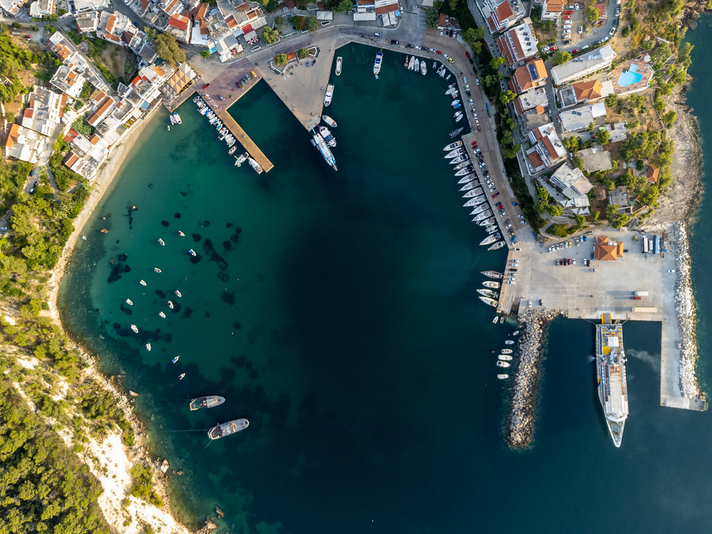 Patitiri Hafen auf Alonnisos in einer Drohnenaufnahme mit einer Fähre und am Pier angedockten Booten