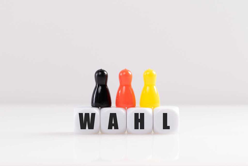 Pawn figurines with cubes and Wahl text on white background