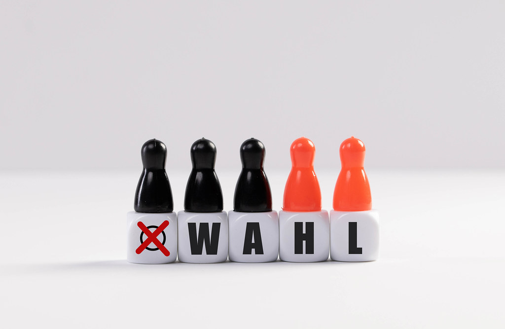 Pawn figurines with cubes and Wahl text