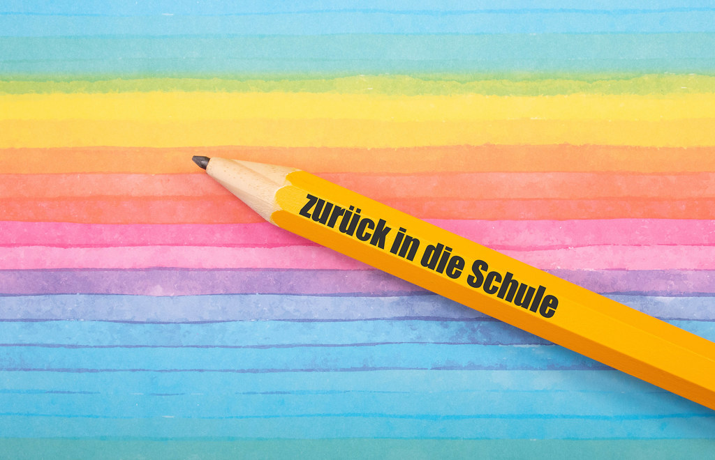 Pen with Zurück in die Schule text on colorful background