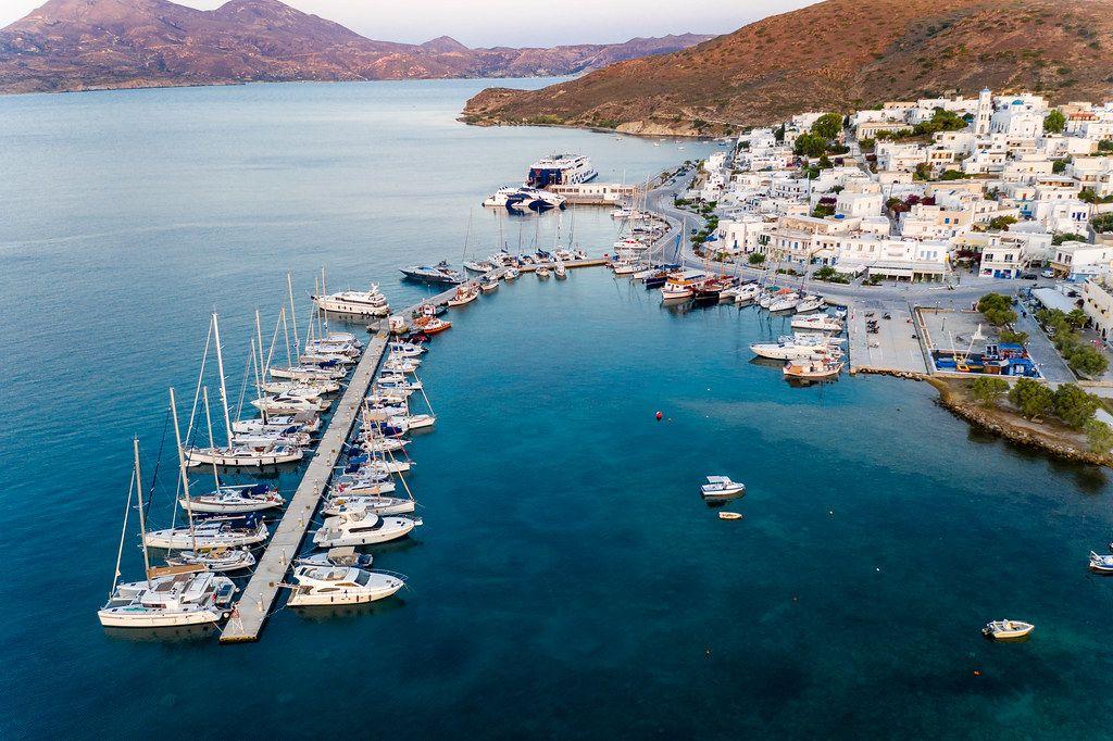 Pier mit Segelbooten und Jachten. Der Hafen von Adámas auf Milos aus der Luft gesehen