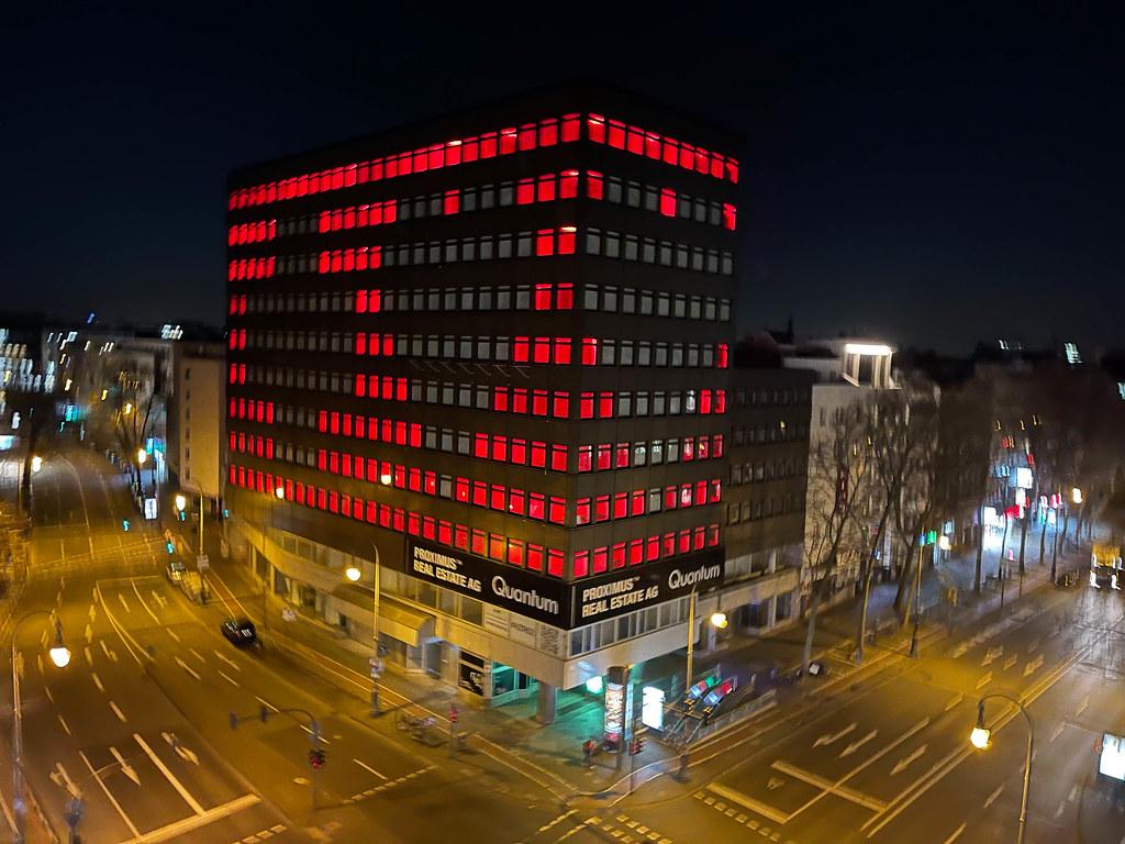 """Pixelfassade der Kölner Designagentur """"studio polylog"""" am Hohenzollernring mit Herzen und Kreuz"""