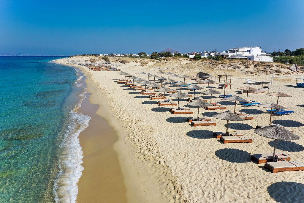 Plaka Strand auf Naxos, Griechenland: drei Reihen Sonnenschirme am Traumstrand ohne Touristen