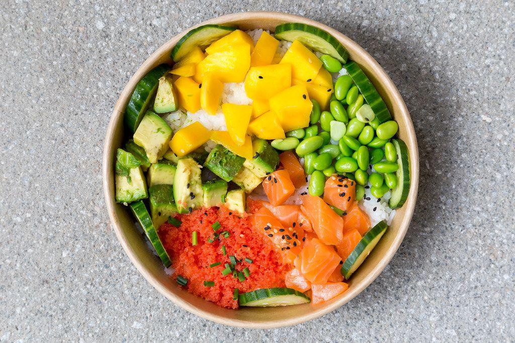 Poké Bowl Lachs: Reisschale mit Mango, Masago, Sojabohnen, Gemüse. Aufnahme von oben
