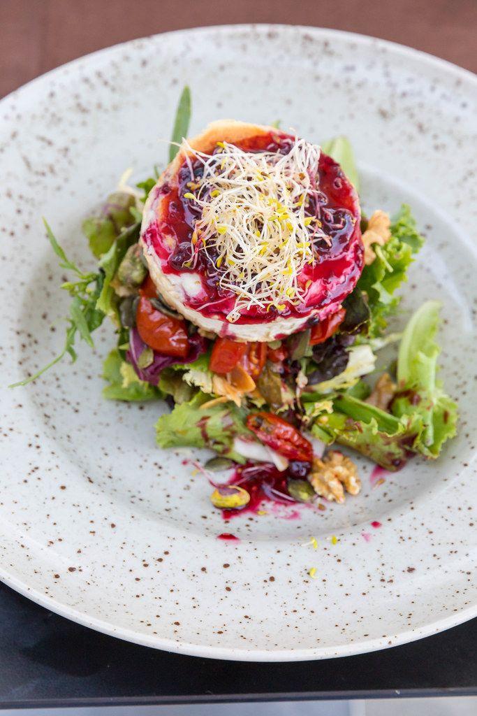 Q11, Pollença: gegrillter Ziegenkäse mit getrockneten Tomaten, Salat, Sprossen, rotem Beerendressing