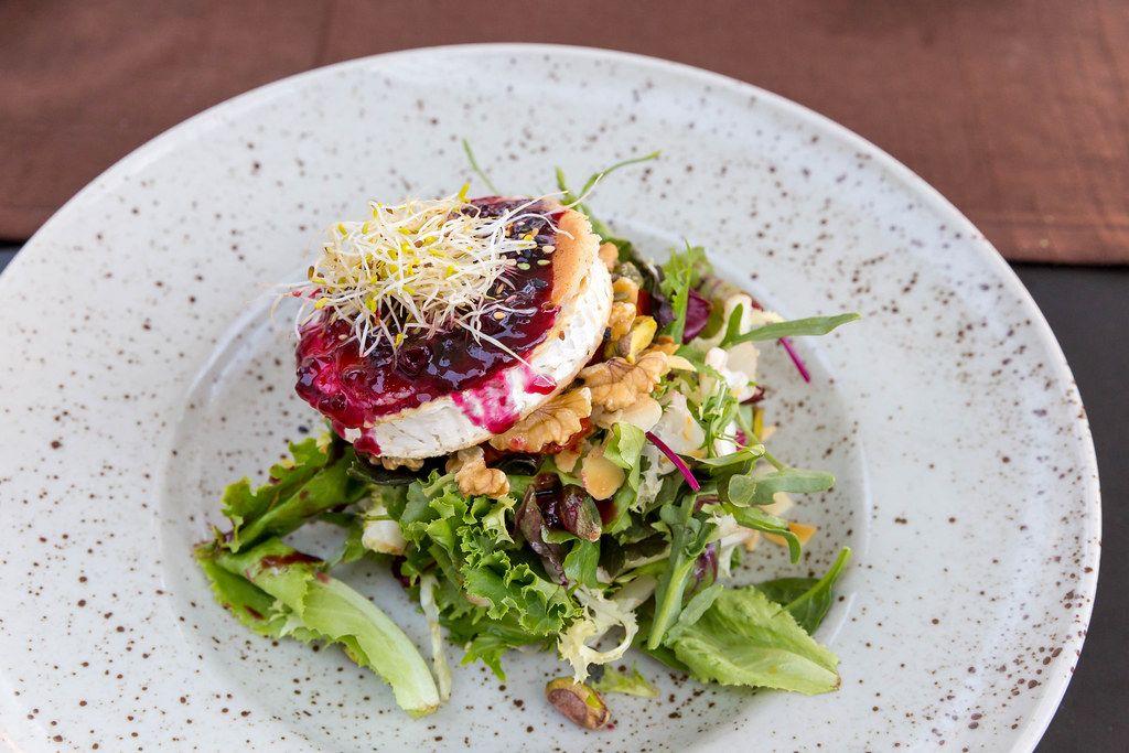 Q11, Pollença: gegrillter Ziegenkäse, Salatmischung, Pistazie, Walnüsse, Sesam, rote Früchte Dressing