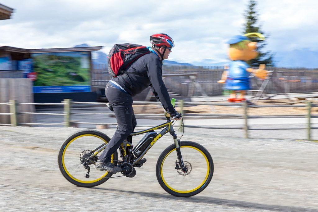 Radfahrer auf einem KTM Bark 40 Fahrrad in E-Bike Version bei der Wiedersbergerhornbahn Bergstation