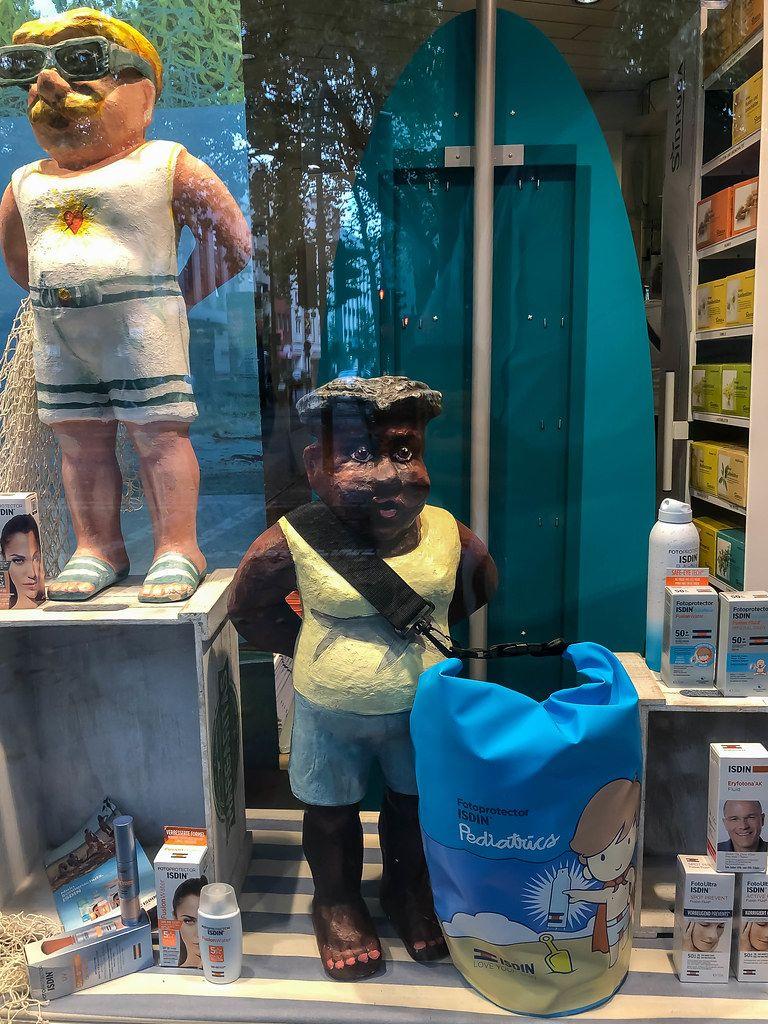 Rassismus-Debatte: Apotheke-Schaufensterdeko mit Isdin Sonnenschutz und Figur mit dunkler Haut