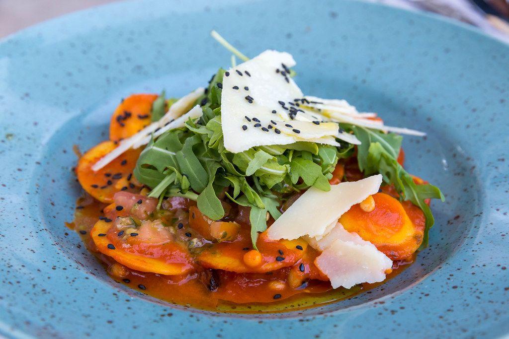 Ravioli mit Ziegenkäse und karamellisiertem Zwiebel gefüllt, mit Tomaten und Pinienkernen. Q11, Pollença