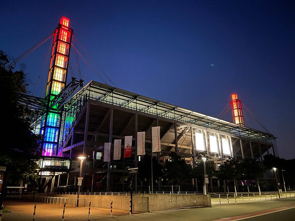 Regenbogen-Aktion: Kölner Rhein-Energie-Stadion beleuchtet zum EM-Spiel Deutschland vs Ungarn