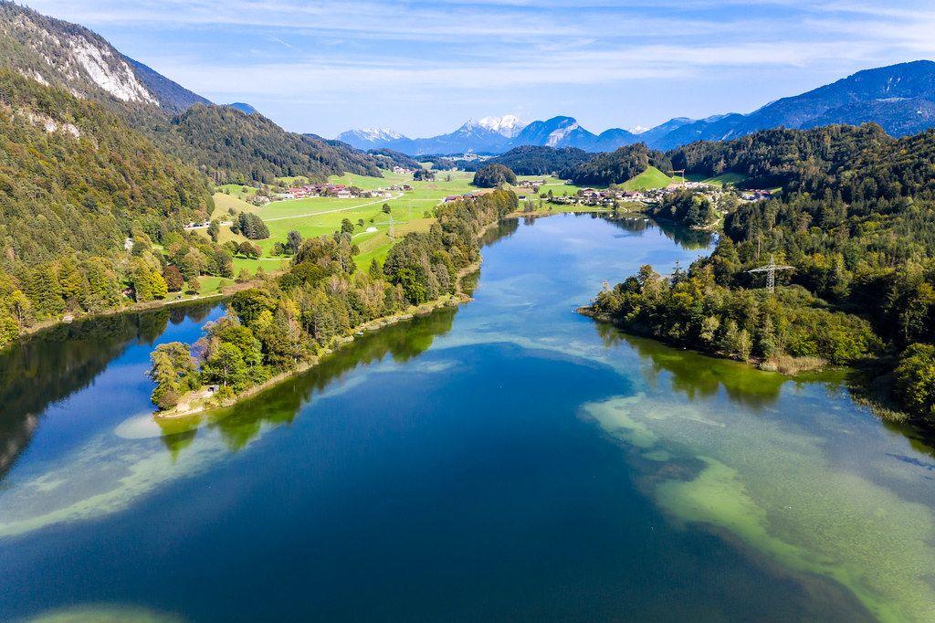 Reintalsee: der größte der Kramsacher Seen im Alpbachtal, Österreich. Luftaufnahme im Herbst
