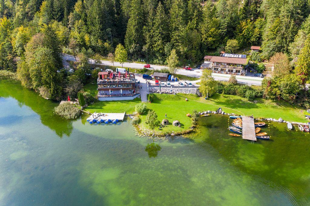 Restaurant-Café Fischerstube am Reintaler See. Luftbild mit Seebrücke, Zelten und Holzbooten