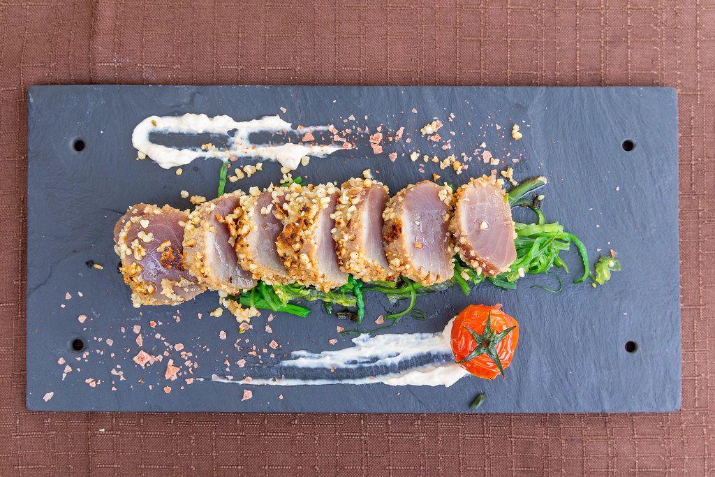 """Restaurant Q11 in Pollença. Roter Thunfisch """"Tataki"""" in Mandelkruste, serviert mit Sojamayonnaise"""