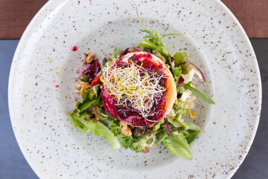 Restaurant Q11, Pollença: Draufsicht von gegrilltem Ziegenkäse mit Salat, Walnüssen, Beerendressing