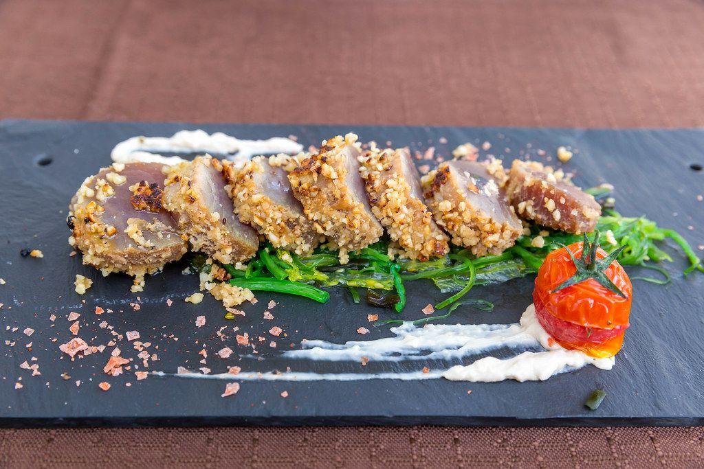 """Restaurant Q11, Pollença. Roter Thunfisch """"Tataki"""" mit hausgemachter Sojamayonnaise. Fusionsküche"""