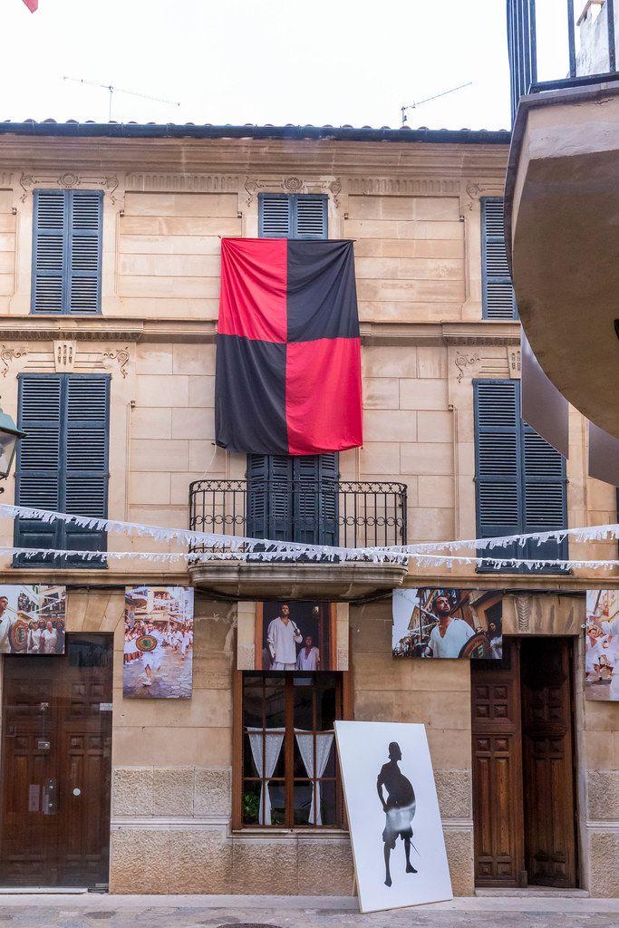 Rot-schwarze Fahne und Fotografik 31m Fotoausstellung. Sommer 2020 in Pollença, Mallorca
