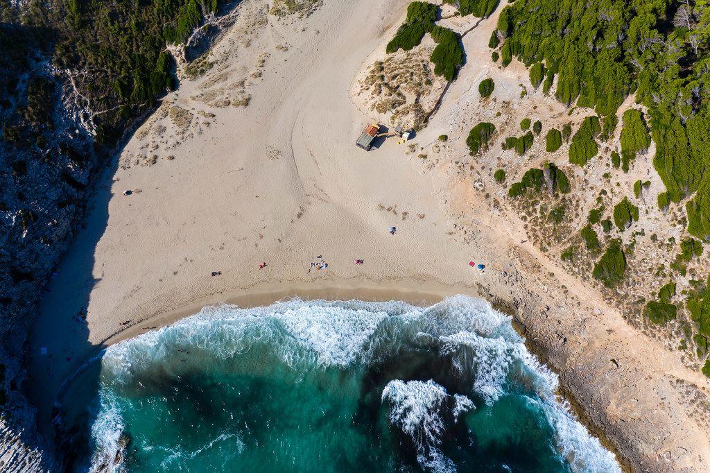 Sandstrand an der Nordostküste Mallorcas. Cala Torta, 10 km von Artà entfernt. Drohnenaufnahme