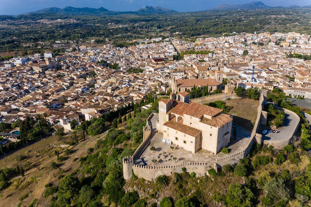 Sant Salvador Heiligtum und Pfarrkirche der Verklärung des Herrn in Artà, Mallorca. Luftaufnahme