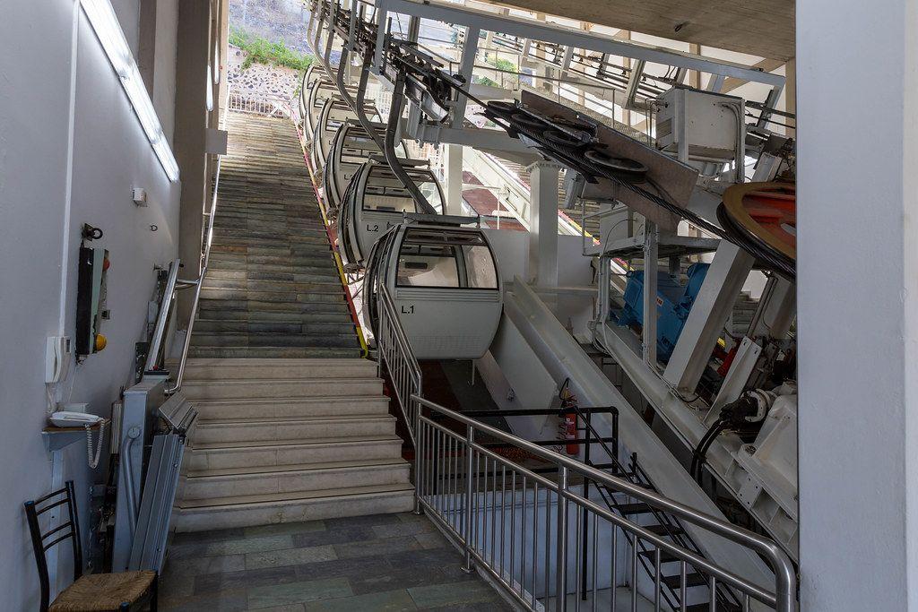 Santorin-Seilbahn: die Talstation ohne Passagiere