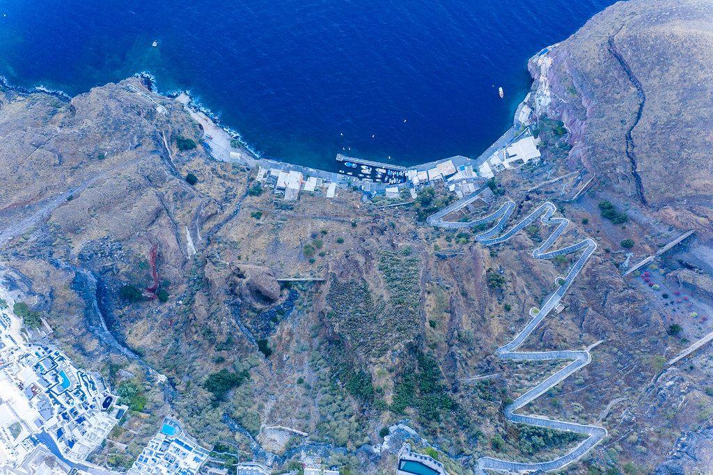 Santorin von oben: die Ägäis, der alte Hafen von Firá, der Fußweg, der zur Stadt Firá hinaufführt