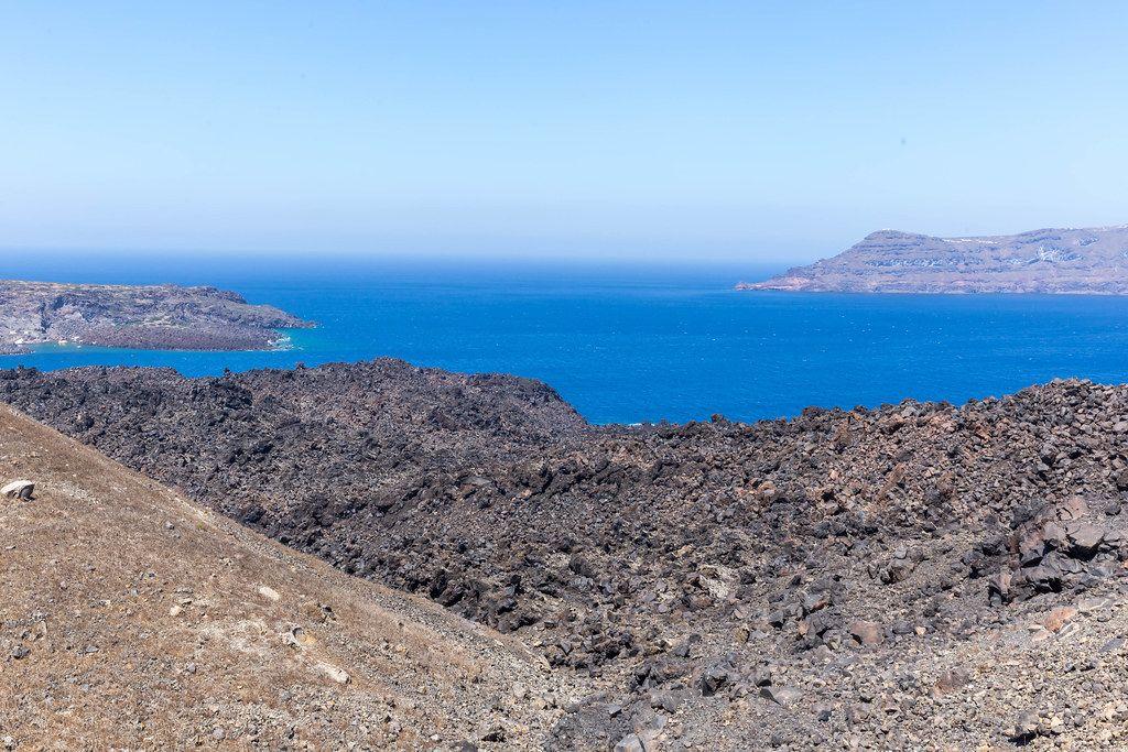 Santorini: Blick am Kraterrand mit Klippen, Meer, vulkanischem Boden und keine Menschen